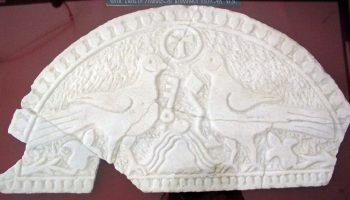 Mramorna ranokršćanska luneta s prikazom golubica
